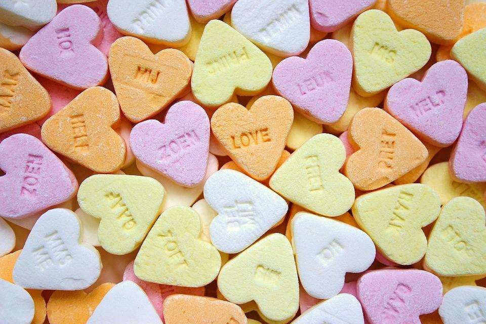 Liefde in zoveel kleuren. Hoe en wanneer komt de liefde en wat is liefde? We hebben allemaal een beeld van liefde. Hoe liefde zou moeten zijn. Hoe liefde zou horen te zijn. Onbewust zijn we gigantisch geconditioneerd, zo ook in wat liefde zou horen te zijn.